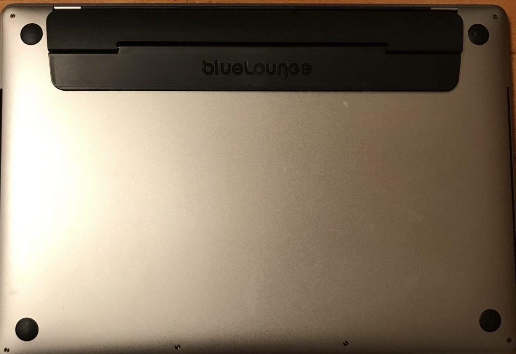 Bluelounge Kickflip MacBook Proの取り付け画像